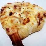 ブーランジェリー クク - 玉ねぎとベーコン・クリームチーズのピザ