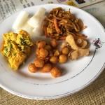 アーチャーラ - サラダバーの料理。大根、かぼちゃサラダ、豆サラダ、とり皮のフライ、焼きそば