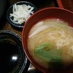 大阪炉端キッチンMARUDA-I - 味噌汁、漬物