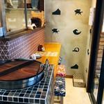 酒肴 北斎 - 店の入口で毎日桜もつ煮を炊いています