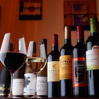 フランス産などの厳選ワインをリーズナブルに。グラス500円~