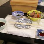 日本料理 黒潮 - お迎え入れ。奥の小鉢は「ローストビーフ」