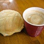 平和島パーキングエリア(上り)スナックコーナー - メロンパンとカフェオレ