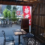 角萬 - 店外(テラス)席もあった(灰皿あり)。ただ、夏は暑いからやっぱ店内やね