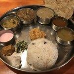 南インド料理 葉菜 - パパドを退けました。ベジはナスのティーヤル、ノンベジはチキンカレー