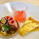 パティスリーポム - 4皿目@フランボワーズとライチのムース、桃のジュレ、りんごキャラメルのクレープ包み