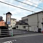 魚登久 - 2〜3軒右隣りにある駐車場