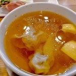 90998620 - 黄金色に輝くスープ  美味すぎる     中には雲呑2個