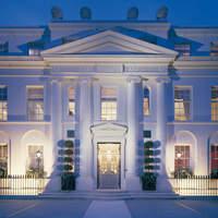 オーベルジュ・ド・リル トーキョー - 西麻布に佇む白亜の洋館。まるで貴族の邸宅を彷彿とさせる外観。