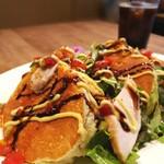 フラットバックカフェ - ライ麦のサラダパンケーキ
