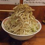 自家製太麺 ドカ盛 マッチョ - つけ麺中(750円)の野菜マシマシです。