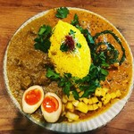 スパイス食堂 ニッキ - 鯖とバジルのココナッツカレーと、ラムとカシューナッツのカレー2種盛り。   ピクルスも燻製煮玉子も美味しい(^O^)