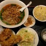 91011726 - いわゆる名古屋風の台湾ラーメンと炒飯のセット。ここでも唐揚げの存在感が半端無いです。