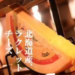 イタリアン酒場 TAKEYA - 北海道産ラクレットチーズを自家製バターを使ったガーリックトーストにたっぷりと。