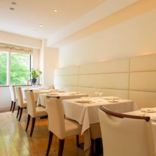ゆっくりと時が流れる、自然に囲まれた優雅なレストラン