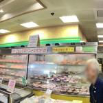 ドライブインみちしお - 【店内のパノラマ画像】お店に入るといきなりいろいろなお惣菜が並べられた陳列ケースがドーン!と。