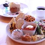 ベーカリーカフェブラッサム - 料理写真:ブラッサムランチ。当店おすすめ、黒板からお好きなデリが選べます。