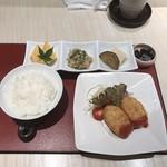 鮨・割烹 花絵巻 - 相方は寿司に飽きて自家製カニクリームコロッケをたのんでました笑       税込800円!       ご飯は一杯までお代わり無料!
