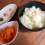 担々麺 錦城 - セットのご飯と薬味とサラダ
