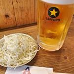 アメリカ - 生ビールアメリカとお通しの塩ダレ千切りキャベツ