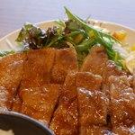 炙り牛たん万 - 生姜焼きにズームイン