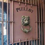 グリル ピエロ - 扉に「PIELLOT」と書いてある