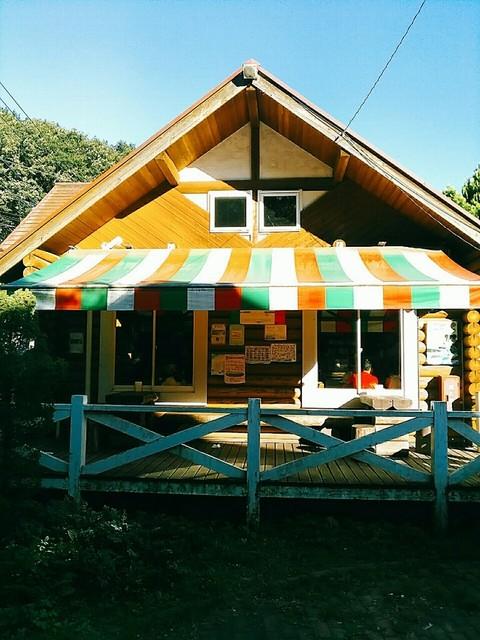 町田あいす工房 ラッテ 相原店 - 三角屋根がアビーさんも書いているように高原のアイス屋さんを思わせます。ファサードのトリコローレ色のテントもかわいい。