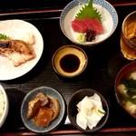 丸 - 日替定食(焼魚+さしみ)