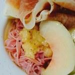 1日 2組限定 京都 山の中の体験イタリアン くちーな・おるそ - 料理写真:自家製ビーツを練り込んだパスタの冷製仕立て 完熟桃とイタリアサンダニエーレ産の生ハム