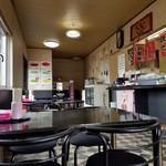 台南麺かちかち山 - 店内のテーブル席の様子