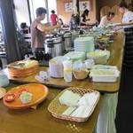 農家レストラン さん食亭 - フロアの中央に大皿の料理がいっぱい