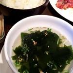 91118256 - 定食に付くご飯とワカメスープ