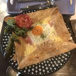 カフェ ド ラフェット - Galette Compreteのチーズ、ハム、タマゴ、トマト&ピクルス。 税抜1300円。 美味し。