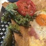 カフェ ド ラフェット - Galette Compreteのチーズ、ハム、タマゴ、トマト&ピクルス。 美味し。
