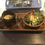 カフェ ド ラフェット - サラダとコーンスープ。 美味し。