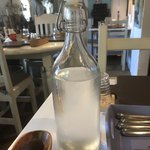 カフェ ド ラフェット - 冷たい水のボトル。 うまし。