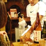 阿留酎 - マスターが各テーブルにやってきて利き酒大会