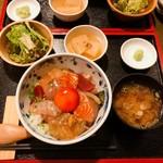 91123237 - 海鮮丼の他に、小鉢、味噌汁、サラダが付いてきます。