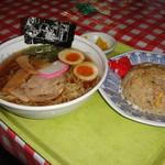 谷村パーキングエリア上り線 - 料理写真:丼の向こうにある「沢庵」は要らないかな。
