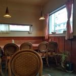 ナン亭CAFE - テーブル席のみの店内