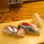 江戸前寿司 ちかなり - 追加でどなたか食べログレビュアーさんも頼んでいた生とろさば(税込なら475円)を。今日は愛媛産、左の少し仕事がしてある方が腹の身で、一番美味しいとのこと。