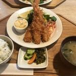 キッチンよい一日 - ◆私は一番人気だという「大海老フライ定食(1650円:外税)を。タルタルソースが加わる以外はチキン南蛮定食と同じセットが付きます。