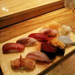 江戸前寿司 ちかなり - 左下から時計回りに赤貝、中トロ、鯵、鮪赤身、いさき、生海老、うに、イクラ、黒むつかな。