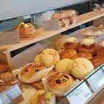 パン工房 Riso - 店内には焼きたてのパンがたくさん