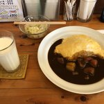 カレー&コーヒー 玉葱ハウス - オムカレーとセットのコールスローサラダと別注文のアイスミルク(支払の時ミルクもセットですと言って¥150引いてくれました)