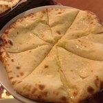 インド&ネパール料理ナマステ - ★★★★ チーズナン フルーティな甘さがあるチーズがたっぷりで美味!!