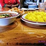 カリカ - キーマ玉子カレー(辛さ1️⃣0️⃣0️⃣倍)・サフランライス・サラダを横側より撮影‼️ 奥に見える女性は俺が1️⃣0️⃣0️⃣辛を食うのをじっと見てた❗(笑) 本場の人もこんなに辛い物を食わないから❗