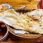 カリカ - キーマ玉子カレー(辛さ1️⃣0️⃣0️⃣倍)・サフランライス・サラダ・ラッシー‼️ サフランライスを完食してからナンをお代わり‼️ 上から撮影‼️