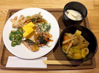 YY grill 星野リゾート リゾナーレ八ヶ岳 - 朝食バイキング。私は和食中心でチョイス。地元産の野菜をたっぷりいただける