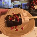 ショコラティエ マサール - ヘーゼルナッツにストロベリー&ナッツ